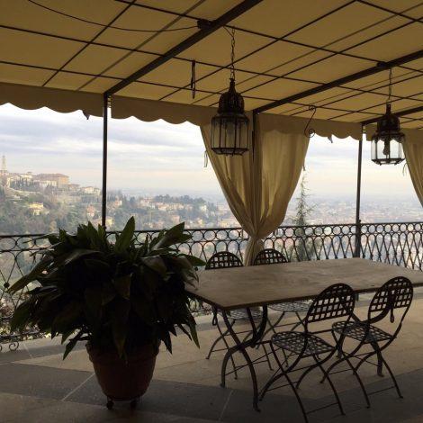 Tenda realizzata da tendaflex installata su terrazzo