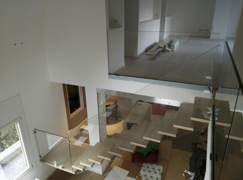 scala-sospesa-legno-vetro
