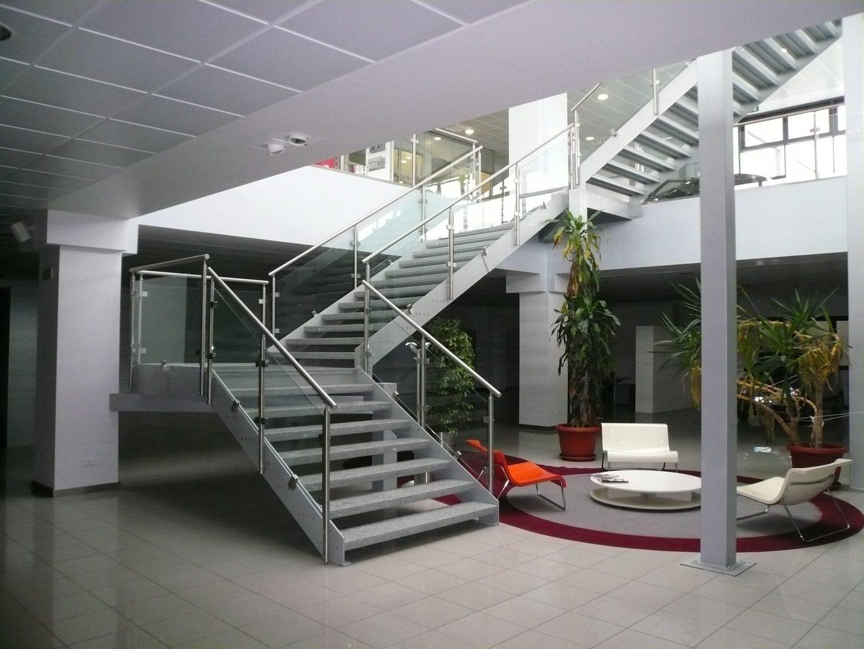 Scala a giorno installata in ufficio moderno